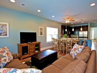 Great layout-2 family rooms,Steps to Pool,1 min drive to Gulf Place, 2 K's, 2Q's