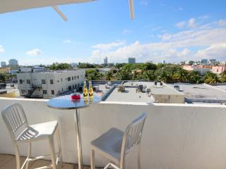 Heart of SOBE, Sleeps 3, Luxurious and renovated! Parking, steps from the beach!