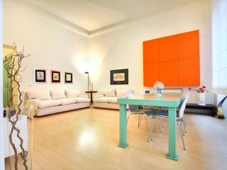 Spacious Divina Attuale apartment in Duomo with WiFi & lift., Florencia