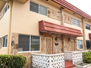 2 BEDROOM TOWN HOUSE-1 BLOCK TO THE BEACH, Miami Beach