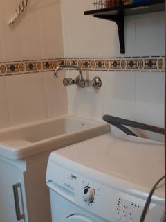 Tvättstugan är utrustad med en ordentlig tvättmaskin. Här finns även allt för städning.