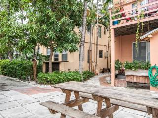 Heart of South Beach, 1 bed, 1 bath, walk to beach, restaurants,