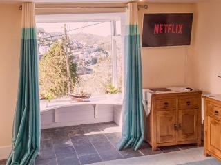 lounge with lovely harbour views. Free Netflix or NowTV streaming, fastest BT infinity 2 broadband.