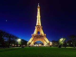 EIFFEL VIEWS~BALCONY~ 4BR APT IN TOUR EIFFEL, Paris