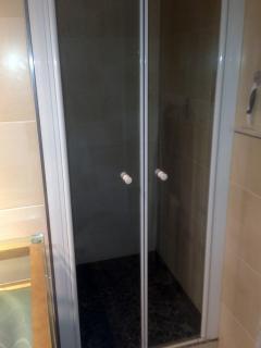 douche vaste et fermée