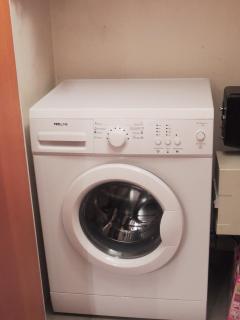 lave linge caché dans un placard: discret