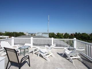Roof Top Deck & Spacious Contemporary Home 3 Blocks to the Beach w/Free Golf, Wa
