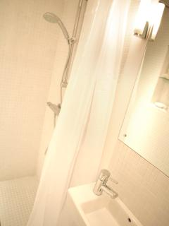 268 Semi-wetroom - fresh and bright. Professional Hairdryer to look your best.