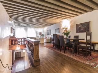 Michiel - spacious and prestigious historical home in central location