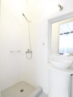 En-suite bathroom of bedroom 1
