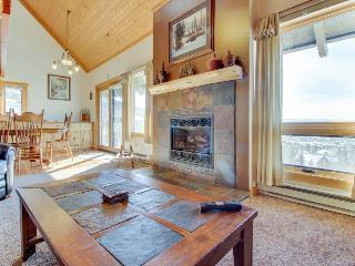Family-friendly home w/sauna & hot tub access - great views!