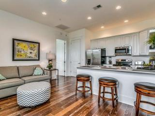 Free Wifi & Parking! Free Tickets to Local Attractions - Perfect Condo for a Cou