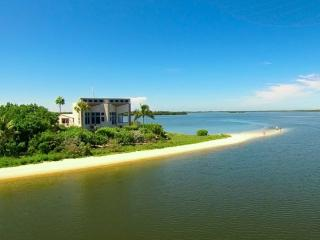 The Bay House - Spectacular VIews!!  Your Own Private Beach!!, Isla de Sanibel