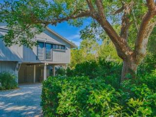 Beautiful Gulf Pines Home - Short walk to beach in lovely secluded setting, Sanibel Island
