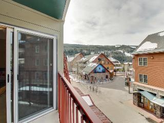 Walk to slopes from cozy condo w/pool, hot tub, & fitness!, Keystone