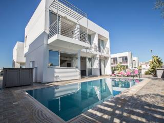 Pearl Villa 15, 3 bed with pool and Free WiFi, Protaras