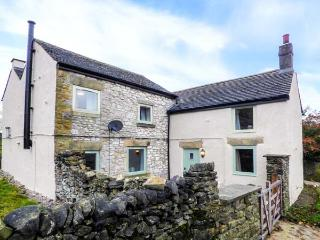GALENA COTTAGE, open fire, woodburning stove, pet-friendly, lawned gardens, in Wardlow, Tideswell, Ref 919707