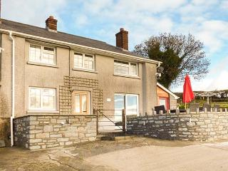 ABERDAUDDWR, pet-friendly cottage with WiFi, en-suite, woodburner, charming, Lampeter