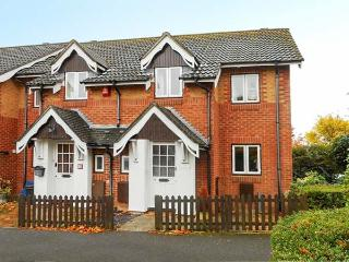 ROWAN COTTAGE, WiFi, enclosed garden, coastal, Barton-on-Sea, Ref 926160