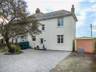 VALLEY VIEW, pet-friendly,  south-facing lawned garden, woodburner, in Tregony