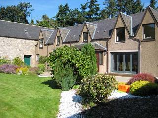 THE STEADING, private garden, off road parking, Inverness, Ref 922578