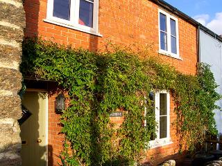 JASMINE COTTAGE, terraced, Victorian holiday home, WiFi, enclosed garden, pet-friendly, Bothenhampton, Bridport, Ref 928137