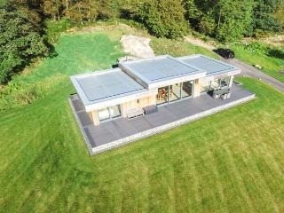 BILLY BOO, luxury detached cottage, hot tub, en-suites, woodburner, parking, patio, in Backbarrow, Ref 931530