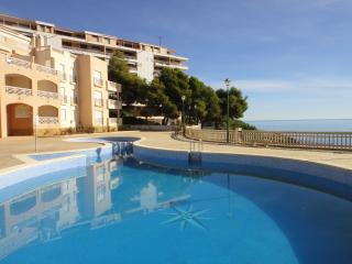Tranquilos apartamentos en primera linea de mar con piscina. Ideal para familias
