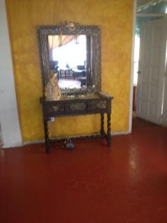 Sala de estar y estudio, en el primer piso, acceso también a los huéspedes, está junto a la grada.