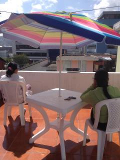 Terraza para loshuéspedes en la 3ra. planta, mesa, parasol, asientos, BBQ, Thema Spa, solárium.