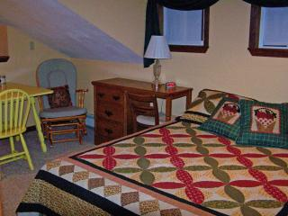 Family Room 1 Queen, 2 Singles Hot Brkfst Sleeps 5