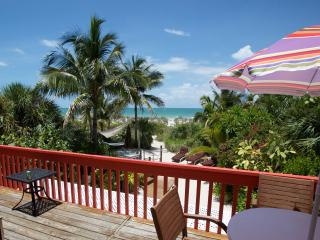 "Charming Gulffront ""on the beach"" Coquina Cottage and amazing tropical beach gardens., Île de Captiva"