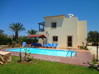 Comfortable villa with mature garden, private pool, Argaka