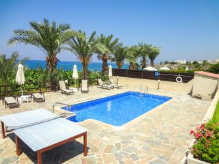 Nice seafront villa, 3BR-3BA, private pool, wifi,, Kissonerga
