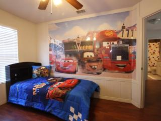 Disney Themed, Renovated 4 Bed House with Pool, Kissimmee