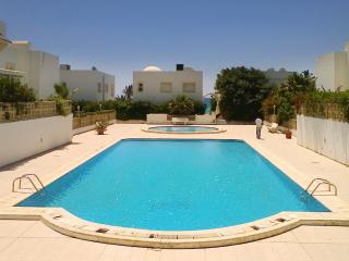 Seaside apartment in the Aquarius residence w/ air con, pool & WiFi - near Hammamet, 50m from beach, Nabeul
