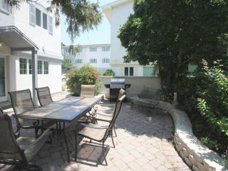 Ocean Block Town home with Two Pools and Country Club Amenities Just a One Minute Walk to the Beach., Dewey Beach