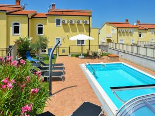 Large house with sea views and pool, Baderna