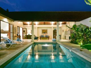 Villa Merah Seminyak 3BR Lux 5Mins To Beach, Denpasar