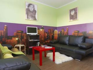 Avocado Cream apartment in Friedrichshain with WiFi, airconditioning (warm / koud) & lift., Berlin