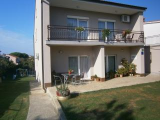 Apartment MIKI ***2+2 (17) only 800m from the sea, Valbandon