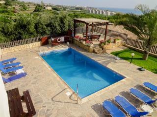 Άνετη βίλα, 4BR, ιδιωτική πισίνα, ώριμο κήπο, Kissonerga