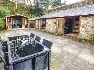 THE GRANNERY, detached, all ground floor, patio, paddock, summer house, large gardens,pet-friendly, WiFi, Matlock, Ref 20791