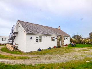 TY WOOD COTTAGE, close to beach, pet-friendly, woodburner, patio, in Rhoscolyn, Ref 929795