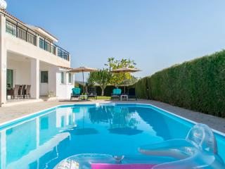 4BR,Sleeps 10 Modern villa,private pool,games,wifi, Peyia