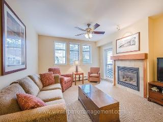 Beautiful 2 bedroom condo at the base of the mountain (sleeps 8!!), Winter Park