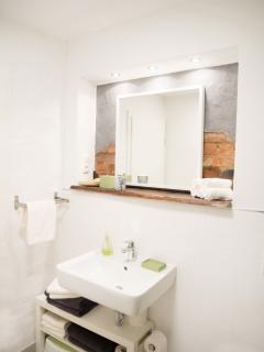 Bad mit Fenster und bodentiefer XL-Dusche