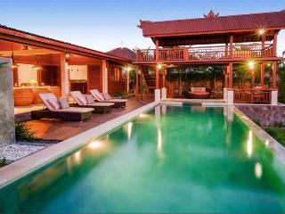 Luxury 4BR, Large Grounds, 2 Bungalows, +Location, Canggu