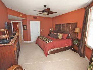 Master Bedroom with King Bed/Flat Screen Cable TV/Luxurious Private Bathroom/Access to Private Patio