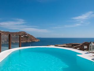 Villa at Super Paradise beach with private pool, Jacuzzi & path to the beach, Mykonos Town